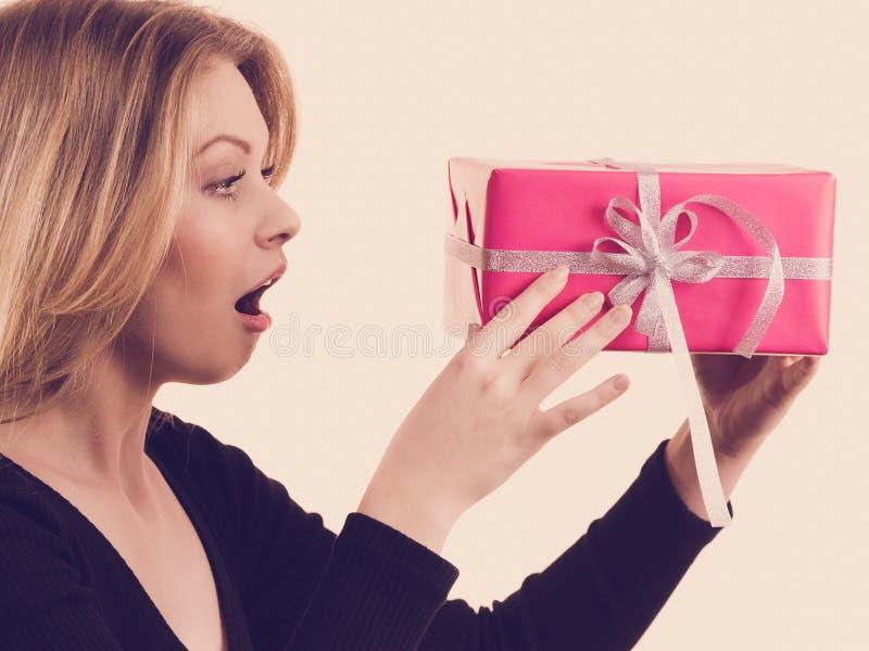 Ragazza sorpresa con il contenitore di regalo rosa immagini stock libere da diritti