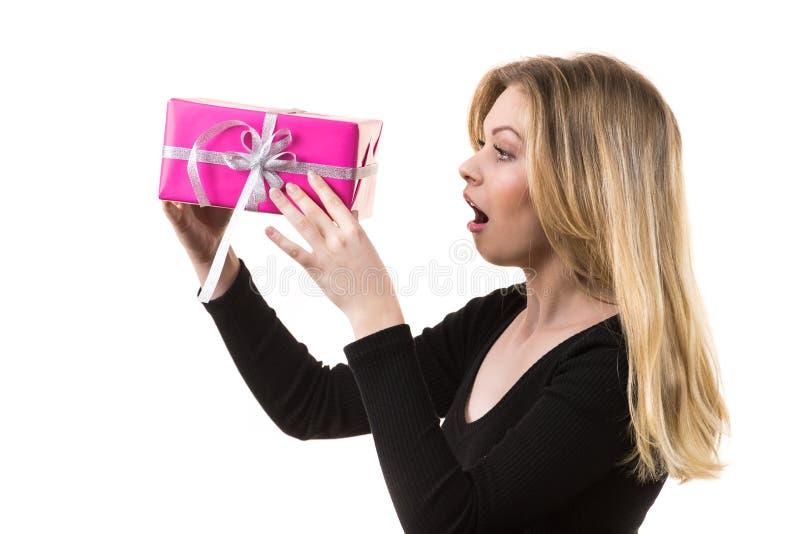 Ragazza sorpresa con il contenitore di regalo rosa fotografia stock