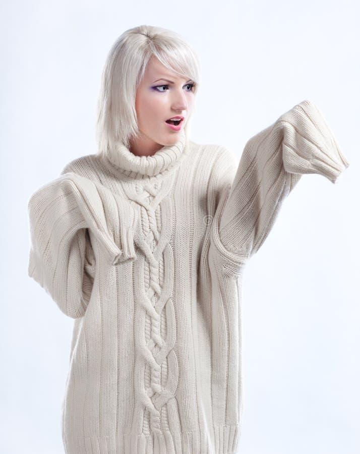 Ragazza sorpresa in maglione immagini stock