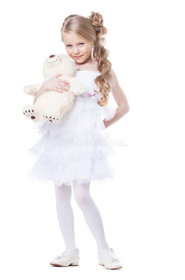 Ragazza sorridente adorabile con l'orsacchiotto bianco immagini stock libere da diritti
