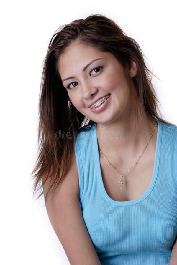 Ragazza sorridente che porta le parentesi graffe dentali fotografia stock libera da diritti