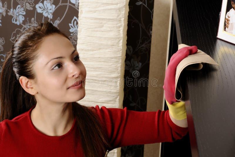 Ragazza sorridente che pulisce la casa fotografie stock libere da diritti