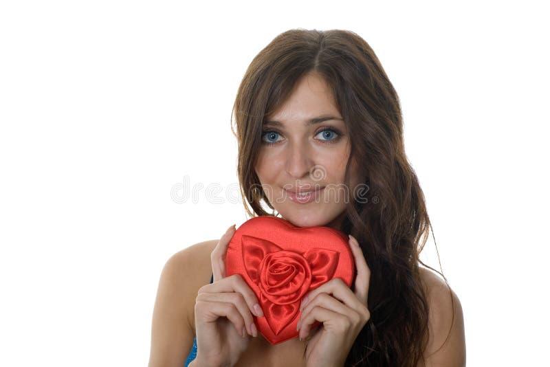 Ragazza sorridente che tiene un regalo immagine stock libera da diritti