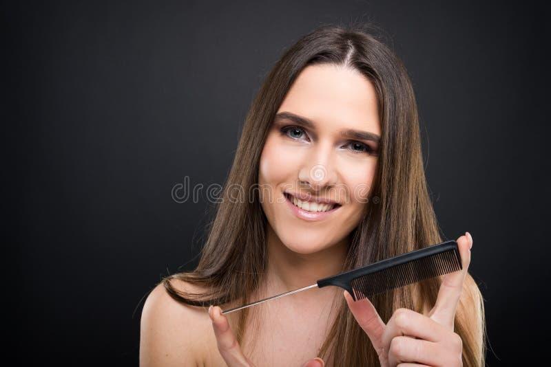 Ragazza sorridente con capelli diritti lunghi immagini stock
