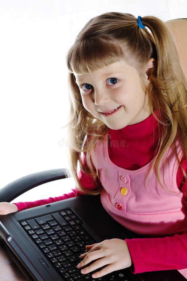Ragazza sorridente con il computer portatile immagini stock libere da diritti