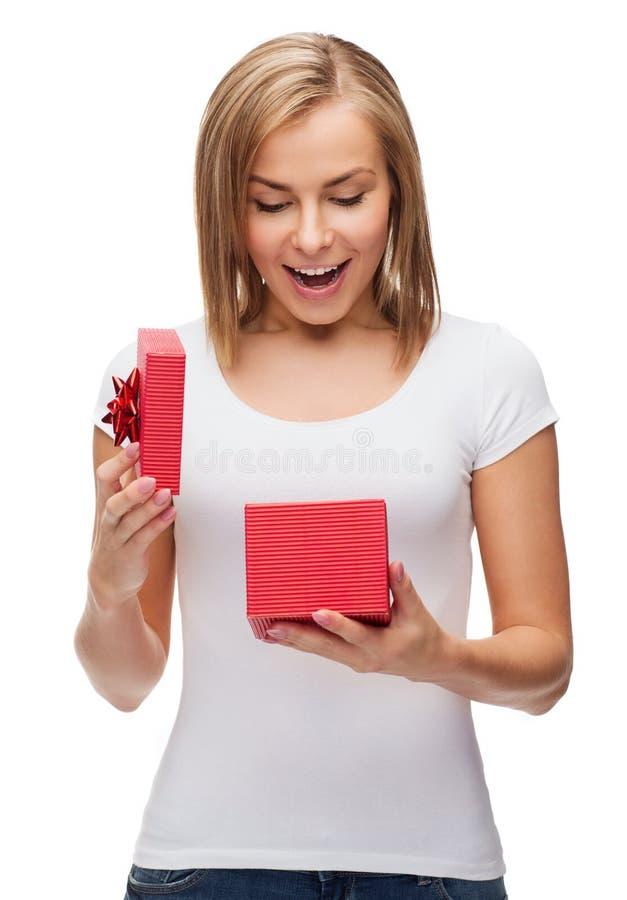 Ragazza sorridente con il contenitore di regalo immagini stock