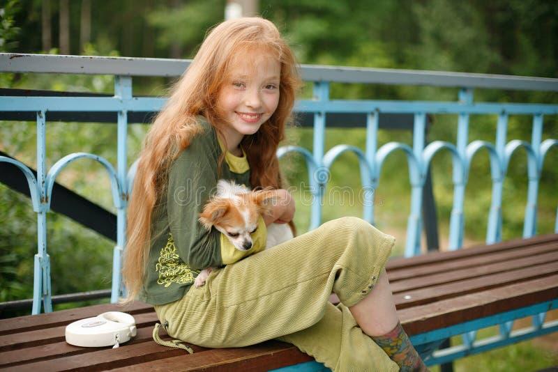 Ragazza sorridente con il cucciolo immagini stock libere da diritti