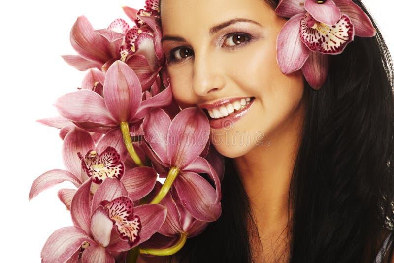 Ragazza sorridente con il fiore piacevole immagini stock
