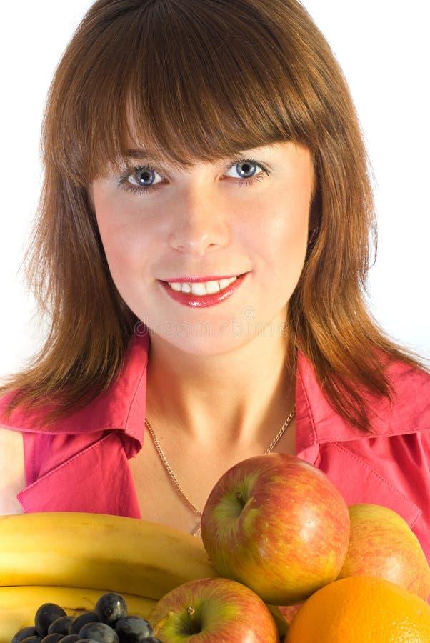 Ragazza sorridente con il piatto della frutta fotografia stock