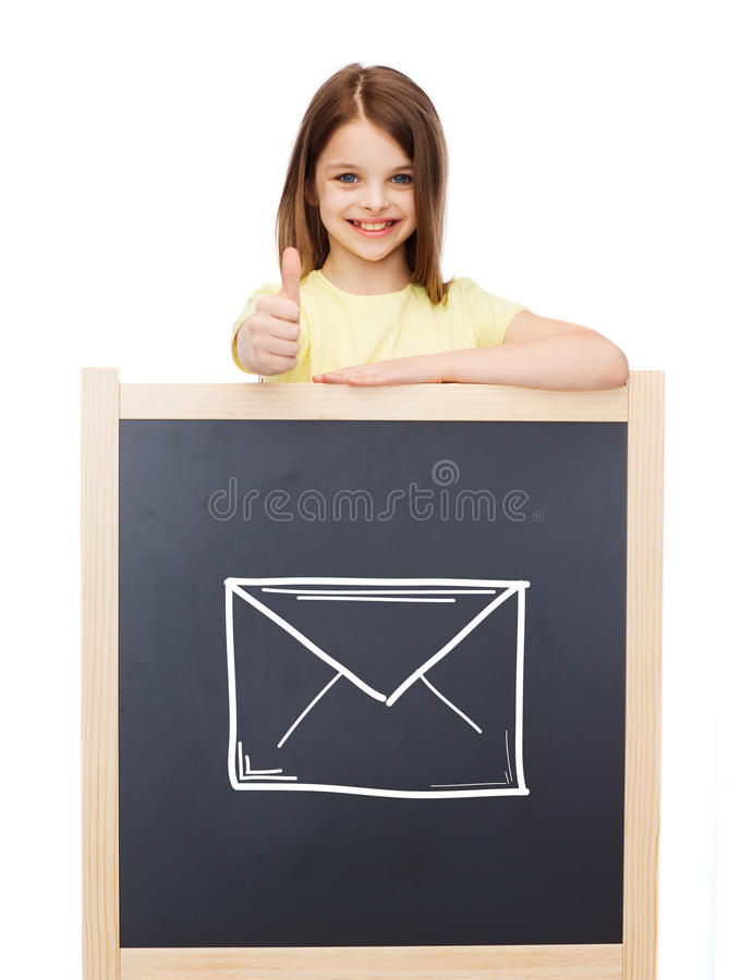 Ragazza sorridente con la lavagna che mostra i pollici su fotografie stock