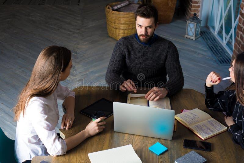 Ragazza sorridente dei pantaloni a vita bassa in in articolo esperto di invio di blogger di vetro alla moda nella rete sociale tr fotografie stock libere da diritti