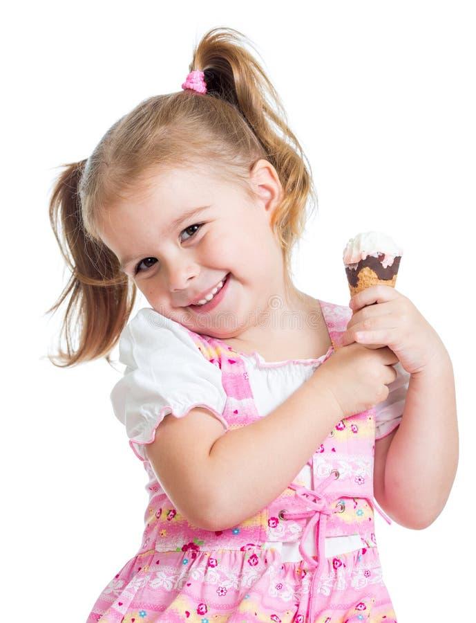 Ragazza sorridente del bambino che mangia il gelato isolato fotografia stock libera da diritti