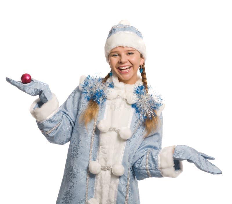 Ragazza sorridente della neve con la decorazione dell'natale-albero fotografia stock libera da diritti