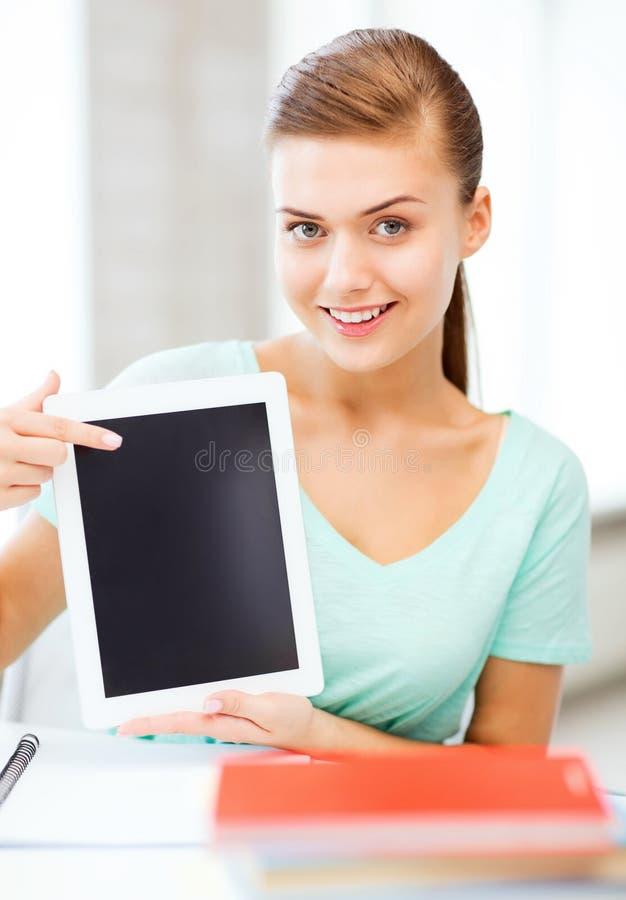 Ragazza sorridente dello studente con il pc della compressa immagini stock