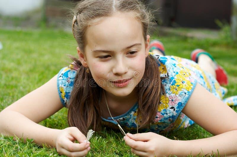Ragazza sorridente in giardino immagini stock libere da diritti