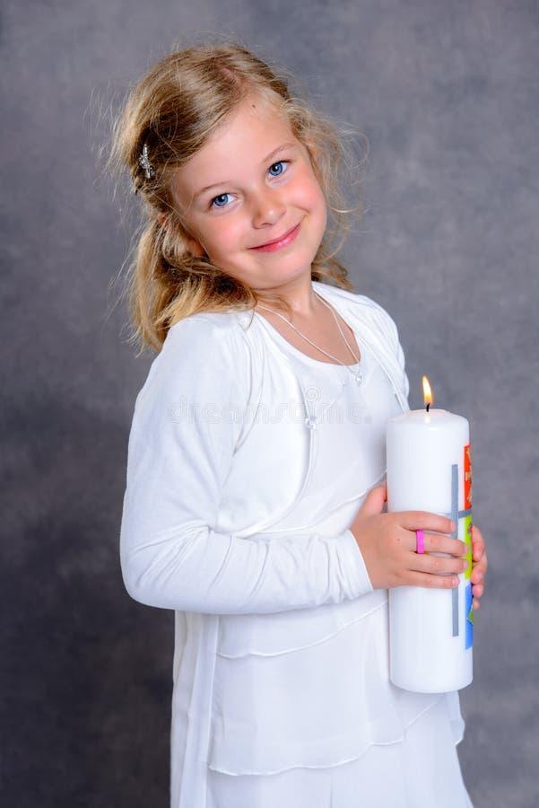 Ragazza sorridente il giorno della sua prima comunione fotografie stock
