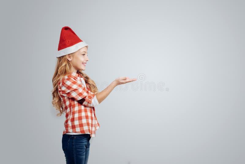 Ragazza sorridente positiva che celebra nuovo anno immagini stock