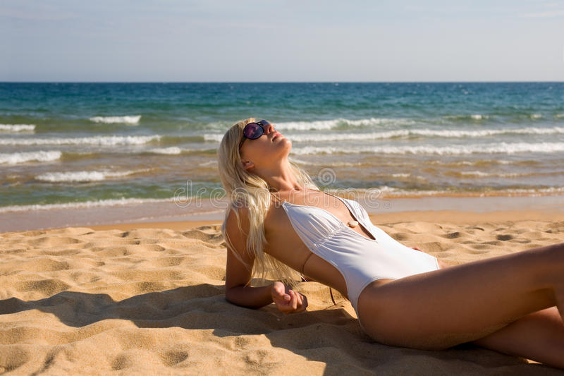 Ragazza sottile sulla spiaggia immagini stock