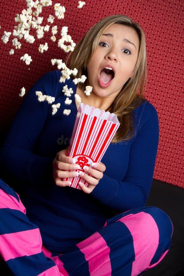Ragazza spaventata del popcorn immagini stock libere da diritti