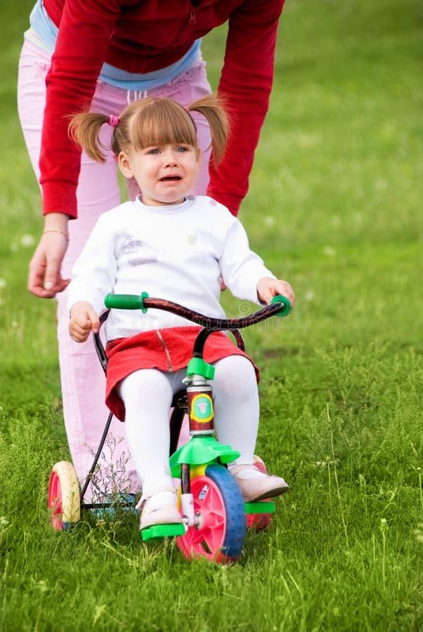 Ragazza spaventata di guida della bicicletta immagini stock