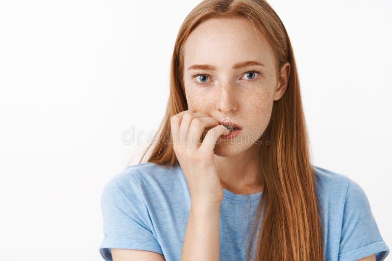 Ragazza spaventata di non conoscere che cosa accadono Ritratto di bella ragazza messa a fuoco interessata dello zenzero con il mo fotografia stock