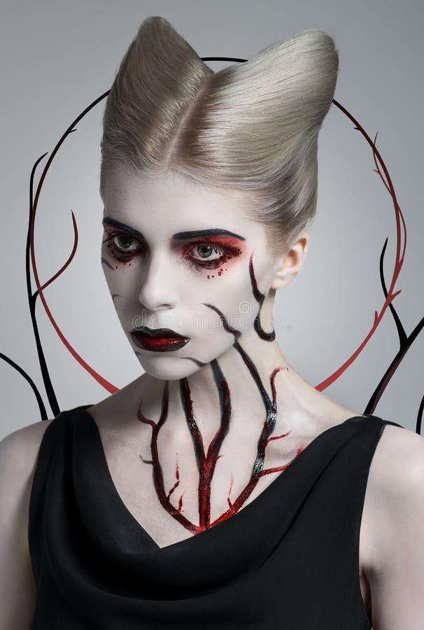Ragazza spaventosa con body art sanguinoso fotografie stock