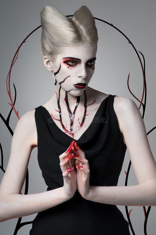 Ragazza spaventosa con body art sanguinoso immagini stock libere da diritti