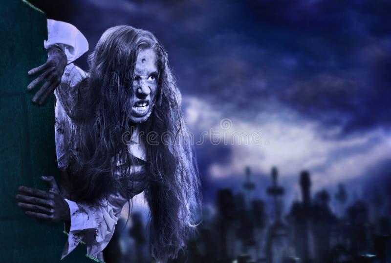 Ragazza spaventosa dello zombie del non morto sul cimitero di Halloween fotografie stock