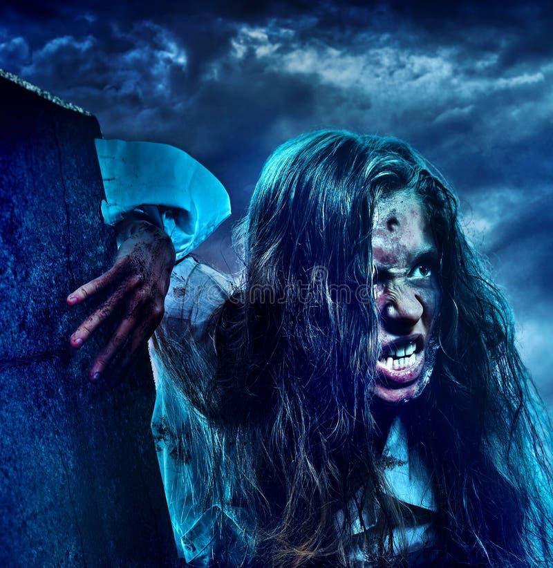 Ragazza spaventosa dello zombie del non morto sul cimitero di Halloween fotografia stock libera da diritti