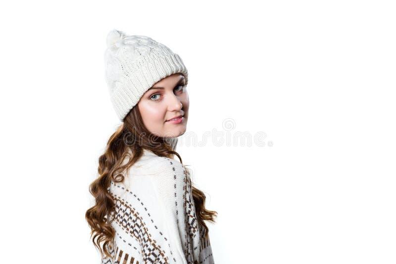 Ragazza splendida che porta il saltatore tricottato caldo di natale e un cappello fotografia stock