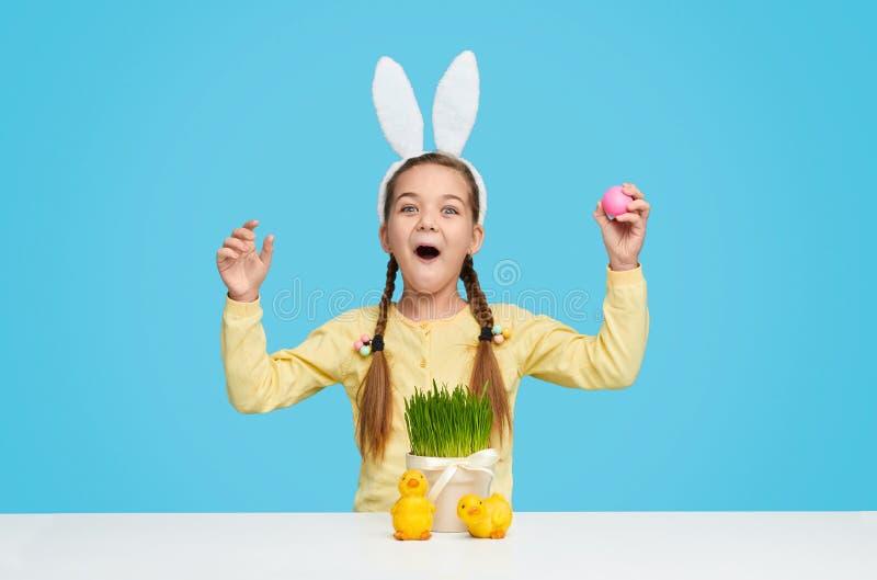 Ragazza stupita in orecchie del coniglietto che celebra Pasqua fotografie stock libere da diritti