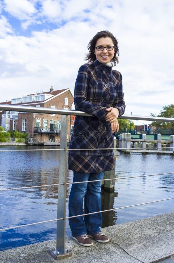 Ragazza su lungomare in città olandese di Haarlem, immagine stock libera da diritti