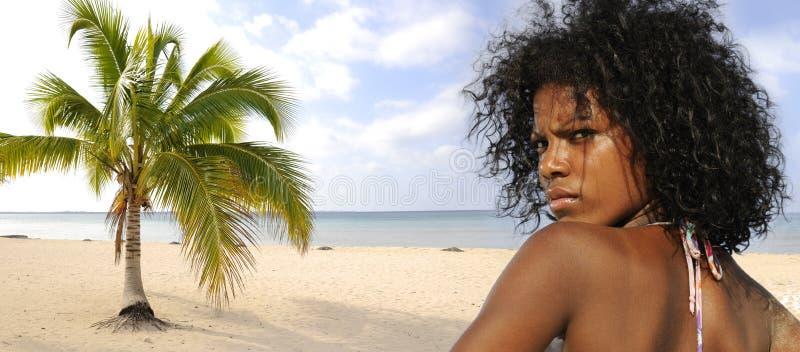 Ragazza su panorama della spiaggia fotografia stock