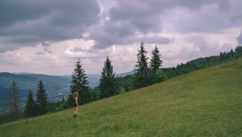 Ragazza su un pendio di montagna fotografie stock