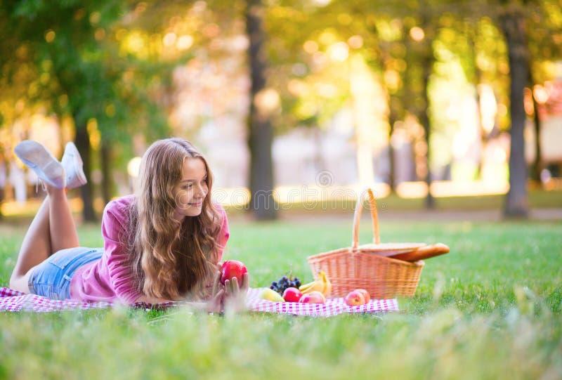 Ragazza su un picnic in parco fotografie stock