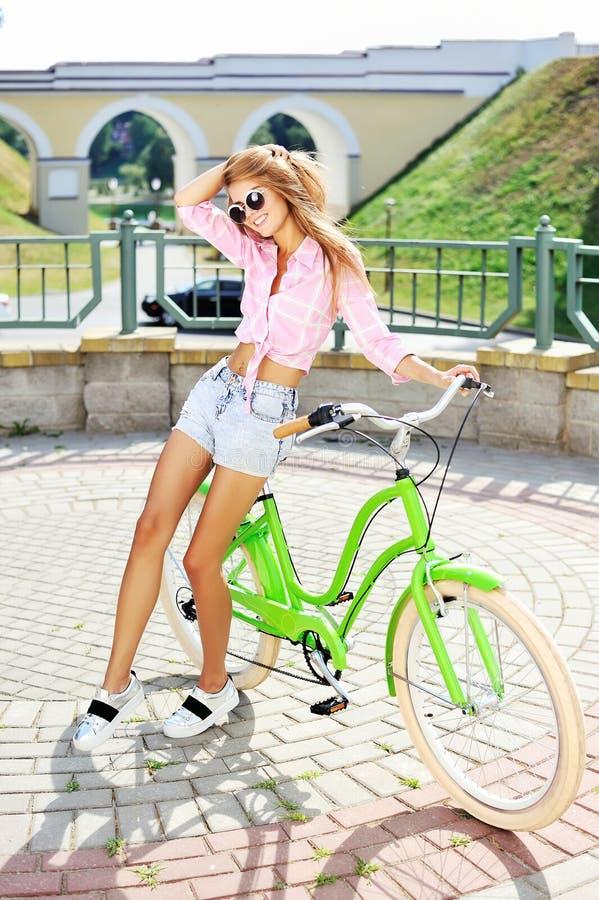 Ragazza su una bicicletta fotografie stock libere da diritti