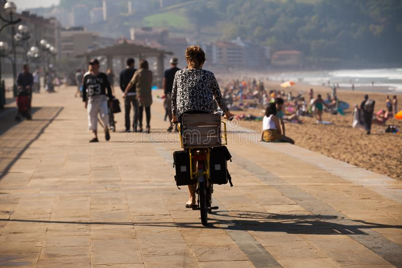 Ragazza su una bicicletta per una passeggiata accanto alla spiaggia 2 fotografia stock