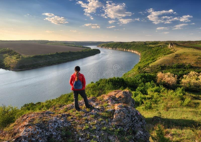 Ragazza su una roccia sopra un fiume fotografie stock