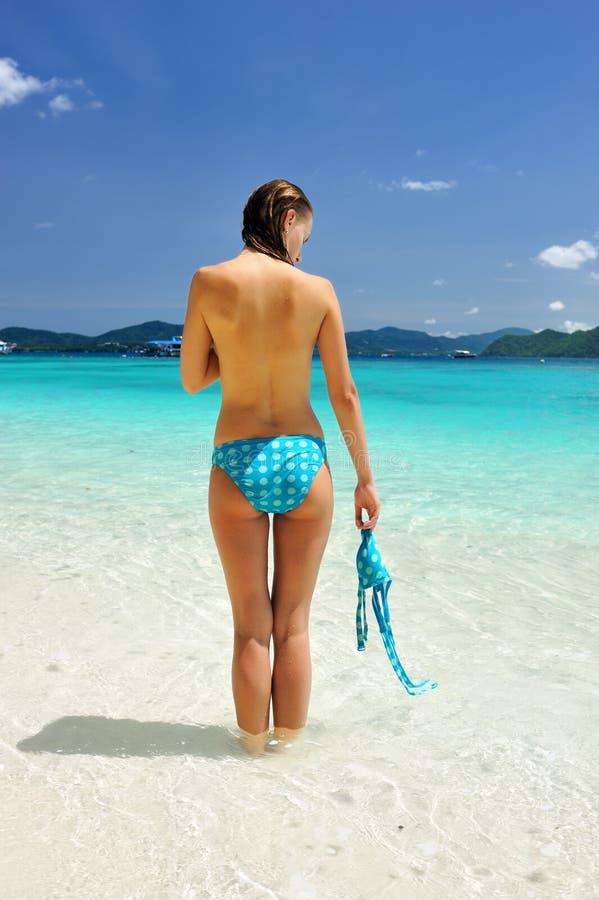 Ragazza su una spiaggia immagini stock libere da diritti