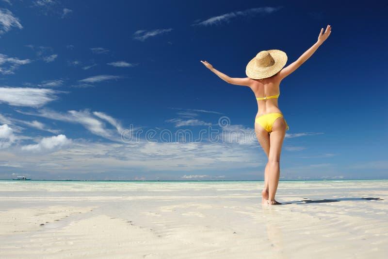 Ragazza su una spiaggia immagine stock