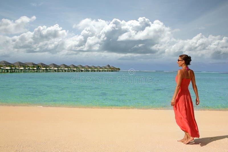 Ragazza su una spiaggia fotografie stock