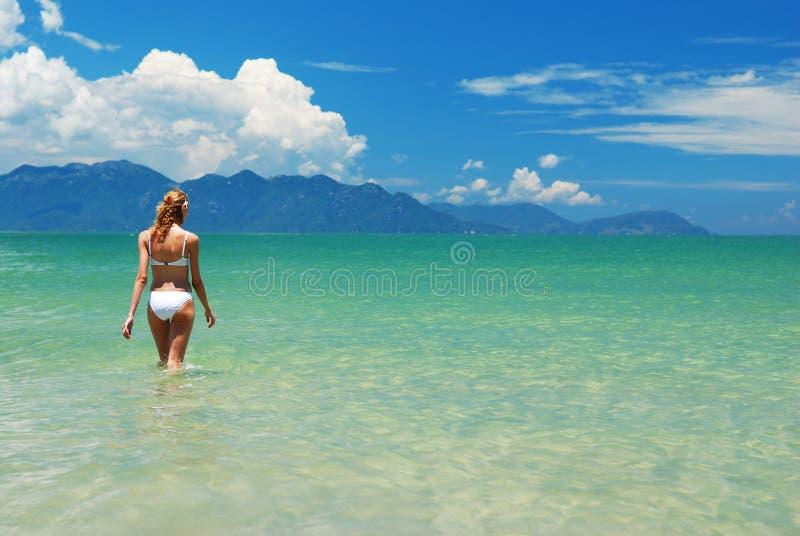 Ragazza su una spiaggia immagine stock libera da diritti