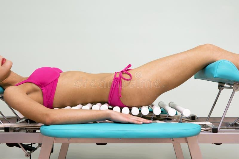 Ragazza su una tabella di massaggio immagine stock