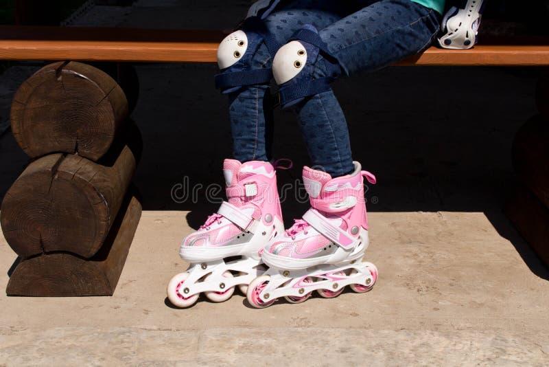 Ragazza sui pattini di rullo Il concetto di uno stile di vita sano fotografia stock