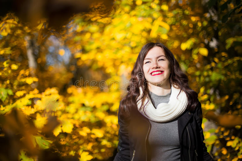Ragazza sui precedenti del paesaggio di autunno fotografia stock libera da diritti