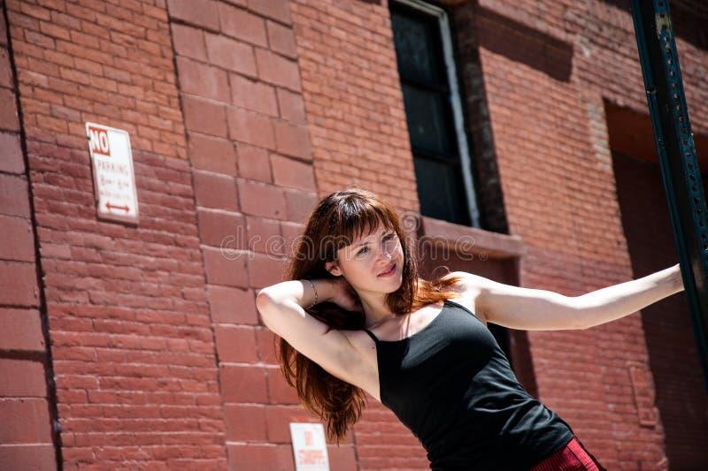Ragazza sul dancing della via fotografie stock