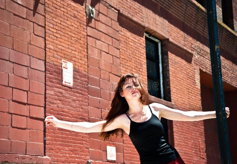 Ragazza sul dancing della via fotografia stock libera da diritti