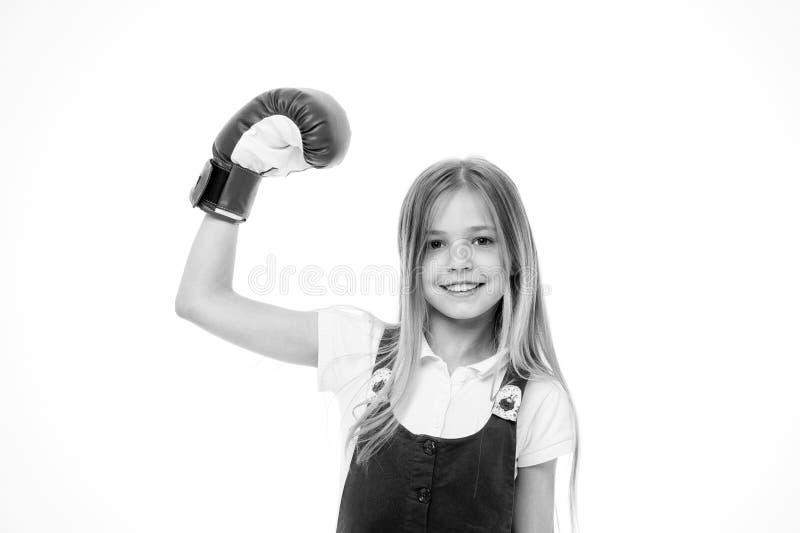Ragazza sul fronte sorridente che posa con il guantone da pugile, isolato su fondo bianco La ragazza del bambino con capelli lung fotografia stock