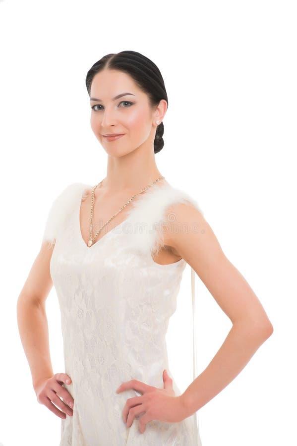 Ragazza sul fronte sorridente vestito in vestito di lusso con pelliccia che posa con la posizione Il ballerino del ballo da sala  immagine stock