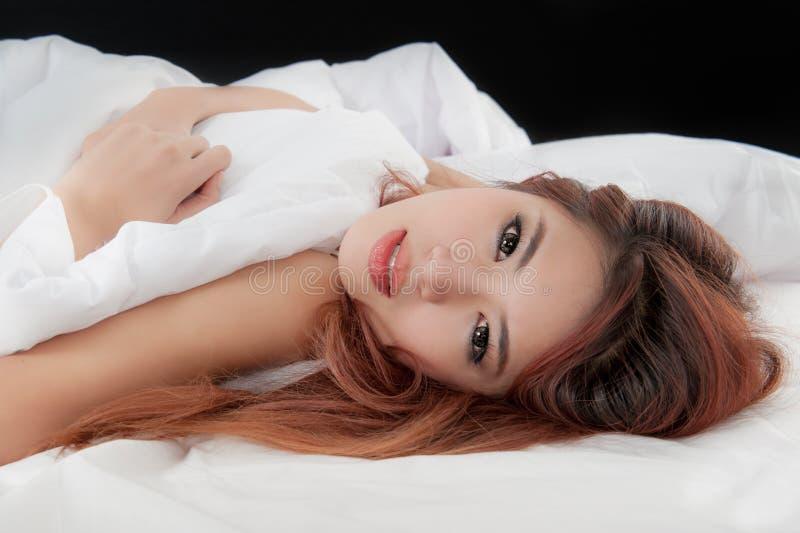 ragazza sul letto svegliato appena su fotografie stock